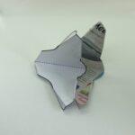 Abb. SG 5: 4.Schneidet nun noch die geklebten Ecken entlang des dicken Striches ab.  5. Löst vorsichtig die Schablone von eurem Papiergleiter. Der besitzt nun, dank der Knicke, schon seine endgültige Form. Allerdings ist er noch nicht flugtauglich.