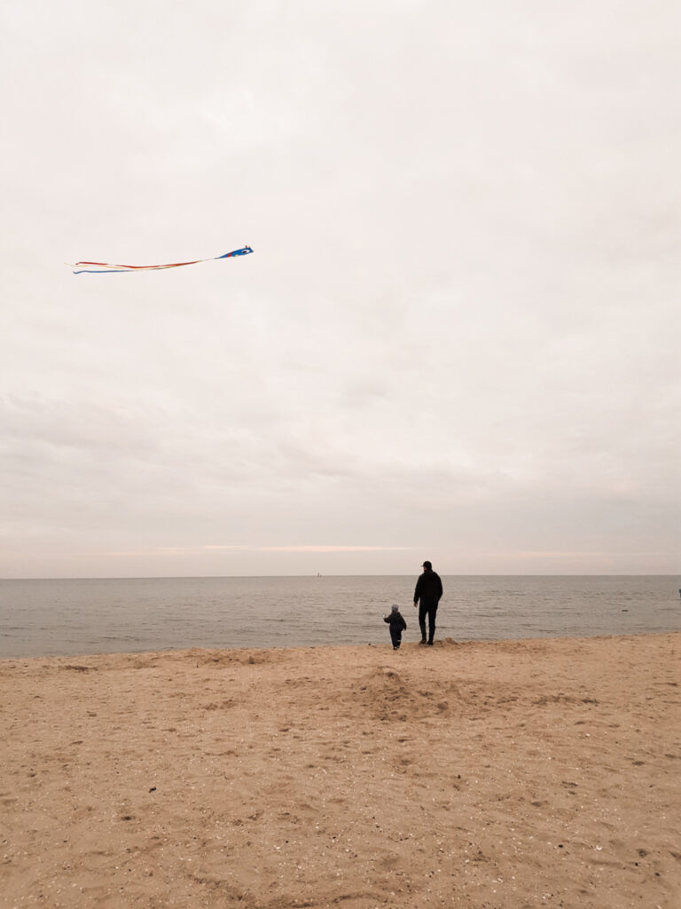 Liebes Volksstimme-Team, wir haben in der letzten Woche das schöne Nordseewetter genutzt, um unseren Drachen steigen zu lassen. Auf dem Foto sehen Sie Franz (2 Jahre alt) und Papa Lieven am Strand von Schillig. Für Franz war es das erste Mal, dass er einen Drachen steigen ließ und er war stolz bis über beide Ohren, dass sich sein Exemplar so gut in der Luft hielt. Wir hoffen auf ein wenig Glück und senden viele Grüße  Familie G.