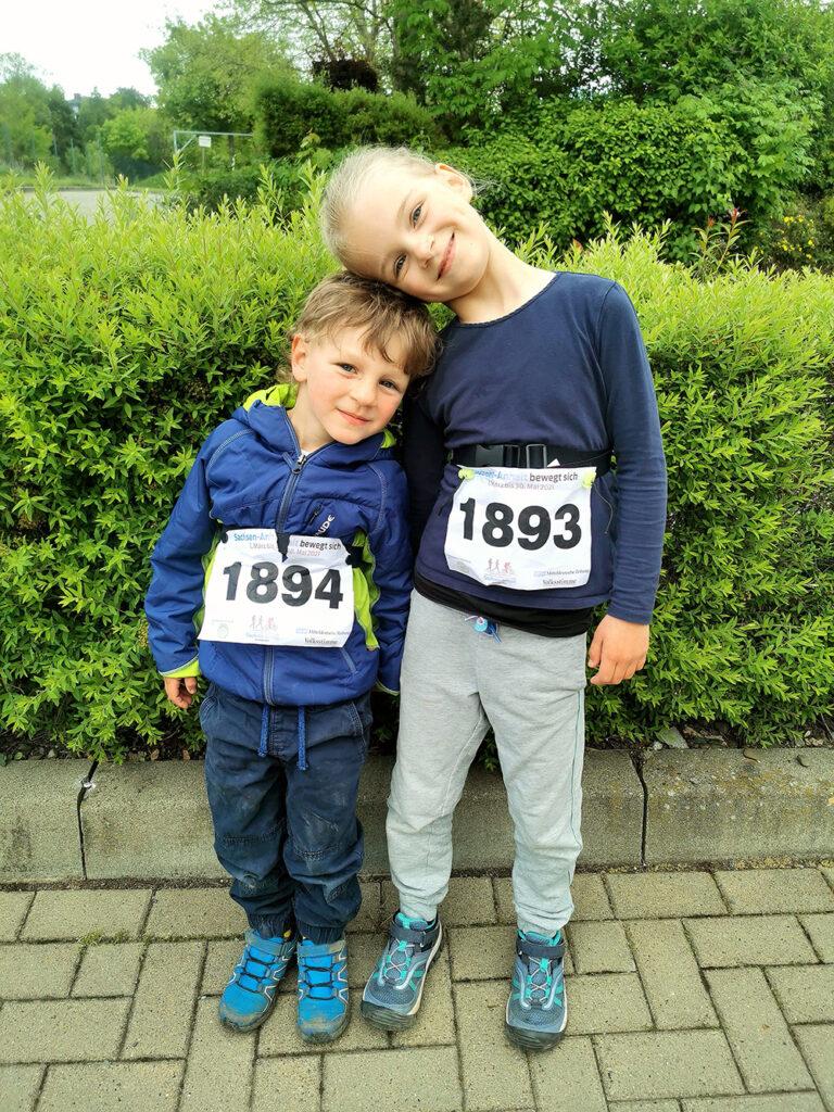 """Guten Tag, Pauline (6 Jahre) und Felix (4 Jahre) sind die 200m für die Kita """"Hummelhaus"""" gelaufen. Pauline schaffte die Strecke in einer Zeit von 56.08 sek und Felix in 1.05.01 sek. Viele Grüße Familie H."""
